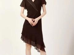黑色裙摆上的高雅 红凯贝尔女装彰显女人韵味