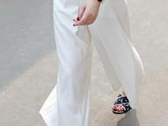 白色阔腿裤如何搭配上衣图片