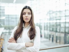 女性白衬衣如何搭配打底衫,裤子和外套