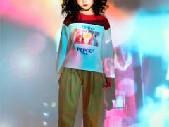 小猪班纳:时髦炫酷服装搭配来袭 为冬天注入新鲜色彩