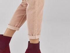 酒红色短靴配哪种颜色的衣服好看?