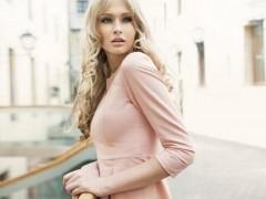 粉色裙子配哪种颜色包包?